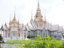 Tejado de cerámica del templo tailandés con los aleros y el tymp tailandeses del edificio del estilo Foto de archivo libre de regalías
