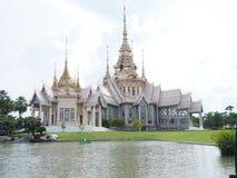 Tejado de cerámica del templo tailandés con los aleros y el tymp tailandeses del edificio del estilo Imagenes de archivo