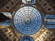 Tejado de cristal de la arcada de Vittorio Emanuele II del Galleria en Milán Fotos de archivo libres de regalías