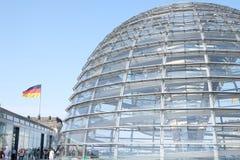 Tejado de cristal de la bóveda del Parlamento alemán con el cielo foto de archivo
