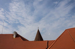 Tejado de la casa con las tejas de tejado rojas Fotografía de archivo