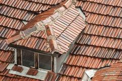 Tejado de la casa con las tejas mojadas Foto de archivo libre de regalías