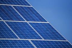 Tejado de la casa con los paneles solares Fotos de archivo libres de regalías
