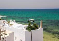 Tejado de la casa que pasa por alto el mar en Monastir Fotografía de archivo