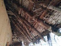 Tejado de la casa tatched vieja del tejado con la hoja de la hoja del coco fotos de archivo