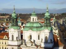 Tejado de la catedral vieja de la iglesia en Praga Fotografía de archivo libre de regalías