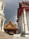Tejado de la entrada del embarcadero al templo de Kanlayanamit en Bangkok Tailandia foto de archivo