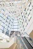 Tejado de la escalera móvil y del vidrio en el estilo de alta tecnología Fotografía de archivo libre de regalías