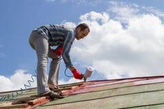Tejado de la hoja de metal del trabajador del constructor del Roofer Imágenes de archivo libres de regalías