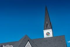 Tejado de la iglesia con el cielo azul Fotos de archivo libres de regalías