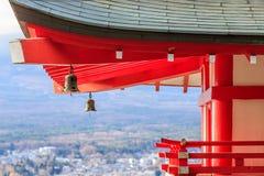 Tejado de la pagoda de Japón del pagada del chureito en la ciudad de Kawaguchiko Fotos de archivo