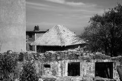 Tejado de la paja en un edificio abandonado Foto de archivo libre de regalías
