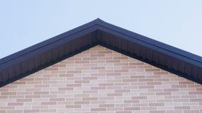 Tejado de la vista delantera de la casa de campo Hacer frente a los paneles como ladrillo Construcción de la casa almacen de metraje de vídeo