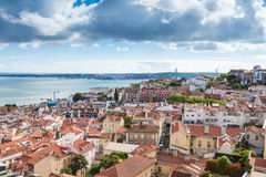 Tejado de Lisboa del punto de vista de la iglesia de Vicente de Fora del sao en Por Fotos de archivo libres de regalías