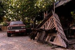 Tejado de madera viejo en garaje imagenes de archivo