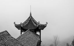 Tejado de mirada antiguo en una montaña del té en China Fotos de archivo libres de regalías