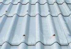 Tejado de teja encima de la casa Imagen de archivo libre de regalías