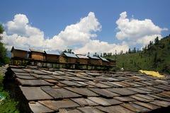 Tejado de teja viejo en una casa india con el cielo azul, las nubes y uly la abeja Imágenes de archivo libres de regalías