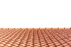 Tejado de tejas rojas aislado en blanco imagenes de archivo