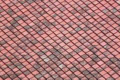 Tejado de tejas viejo rojo. Imagen de archivo