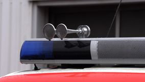Tejado de un coche de bomberos con una luz que destella azul almacen de video