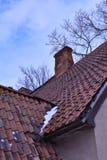 Tejado de una casa vieja con las tejas rojas fotografía de archivo libre de regalías