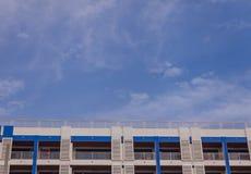 Tejado del apartamento y cielo azul Fotografía de archivo