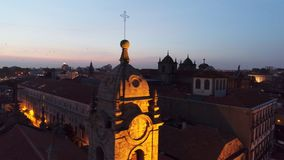 Tejado del campanario de la opinión de la cosecha en Oporto en la oscuridad almacen de video