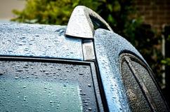 Tejado del coche después de la ducha de lluvia Fotografía de archivo