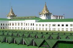 Tejado del edificio del ferrocarril en Rangún Fotografía de archivo libre de regalías