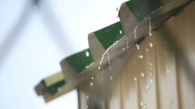 Tejado del edificio en día lluvioso metrajes