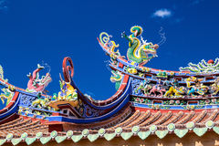 Tejado del estilo chino y cielo azul Fotos de archivo