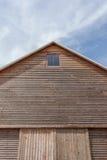 Tejado del granero con el fondo del cielo azul Imagen de archivo libre de regalías