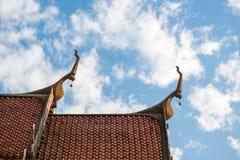 Tejado del monasterio budista en Tailandia Imagenes de archivo