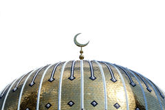 Tejado del oro de la mezquita en un día soleado en un fondo blanco Foto de archivo