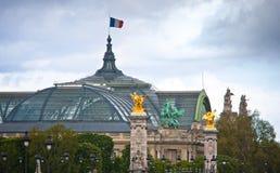 Tejado del palacio magnífico y del puente Alexander III, París Imágenes de archivo libres de regalías