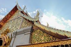 Tejado del templo con el cielo y la nube Foto de archivo libre de regalías