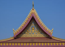 Tejado del templo en el cielo azul en Tailandia Foto de archivo