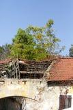 Tejado destruido de un edificio Fotos de archivo libres de regalías