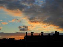 Tejado en fondo de la puesta del sol Imagen de archivo