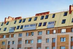 Tejado en un día soleado, fachada del edificio Imagen de archivo libre de regalías