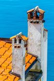 Tejado hecho de las tejas y de las chimeneas-Rovinj rojas, Croacia Imágenes de archivo libres de regalías