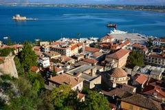 Tejado, mar, castillo de Bourtzi, nave, Nafplion foto de archivo