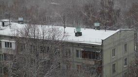 Tejado nevado del edificio de la cinco-historia almacen de metraje de vídeo