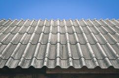 Tejado ondulado con el cielo azul - estilo retro del efecto del vintage Foto de archivo libre de regalías