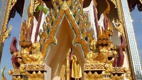 Tejado ornamental del templo oriental Tejado ornamental de oro del templo asiático tradicional contra el cielo azul despejado enc metrajes