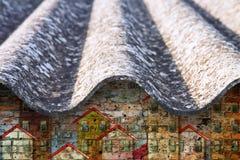 Tejado peligroso del amianto - uno de los materiales más peligrosos del sector de la construcción - imagen del concepto con los e imagen de archivo libre de regalías