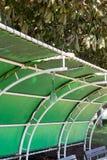 Tejado retro rasgado del verde del vinilo en parque fotografía de archivo