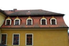 Tejado rojo de las ventanas abuhardilladas de la teja Foto de archivo libre de regalías