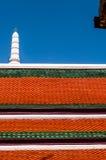 Tejado rojo oscuro y verde y chapitel blanco contra un cielo azul marino en el palacio magnífico, Tailandia Fotos de archivo libres de regalías